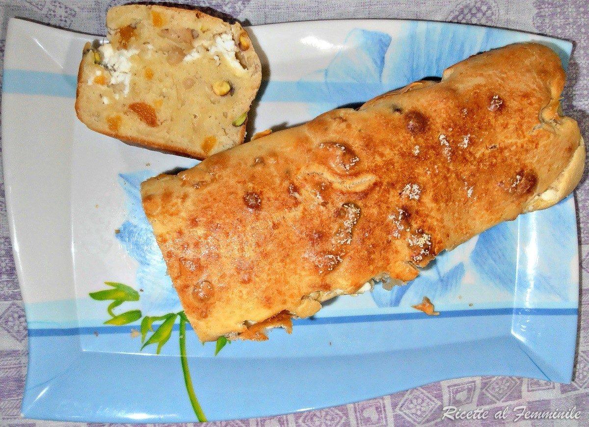 Plumcake salato albicocche secche, pistacchi e robiola