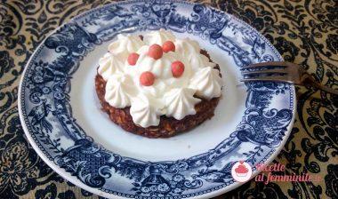 Torta raw ai datteri e frutta secca con frosting allo yogurt greco