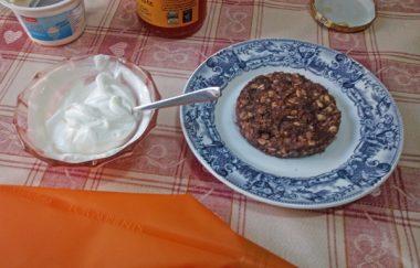 Torta raw ai datteri e frutta secca con frosting allo yogurt greco 4