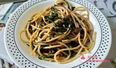 Spaghetti con agretti, pomodori e olive